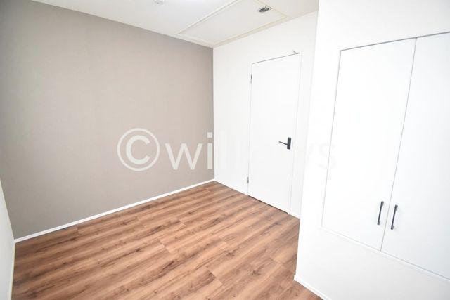 2階居室は便利な収納付き。お荷物を収納すればいつでもお部屋はすっきりですね。ベッドを置いてもゆとりのある広さです。