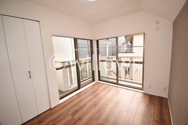バルコニー側の居室です。2面採光の明るい雰囲気で、毎日気持ちよくお過ごし頂けるかと思います。