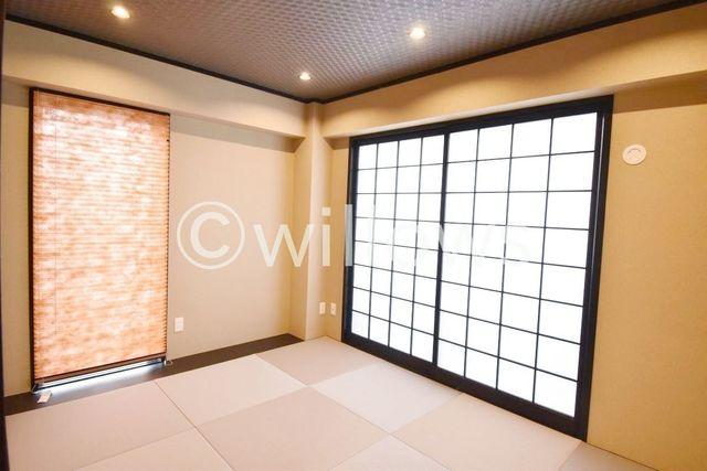 心安らぐ和室は、明るい雰囲気です。モダンな黒い窓枠もおしゃれですね。大きめの窓からはバルコニーへ続いておりますので、日当たりも良好。