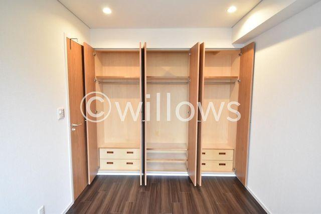 家庭にひとつあるとうれしい大型収納。背の高いコートや、お洋服もすっきり収納可能。優しい色合いです。