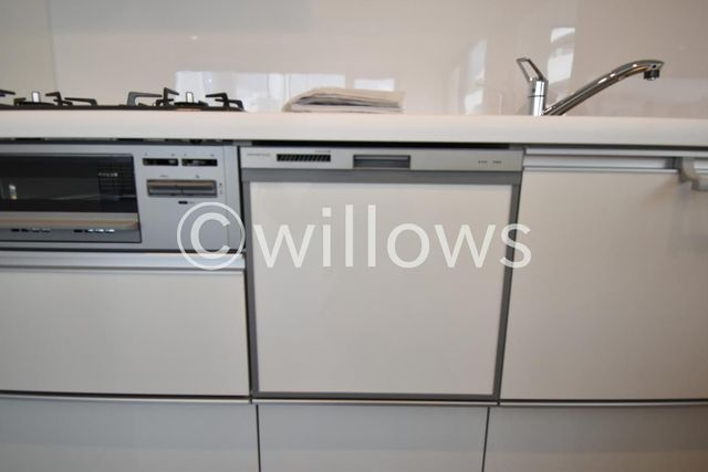 どこを開けても収納になっているシステムキッチン、新規交換済です。家事に便利な食洗器付き。