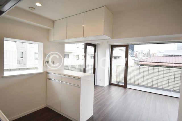 窓のある明るいキッチン、カウンター付で収納も充実です。追加で食器棚を置かなくてもすっきり収納が可能です。