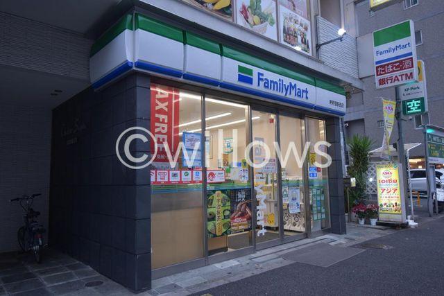 ファミリーマート新宿職安通り店 徒歩1分。 50m