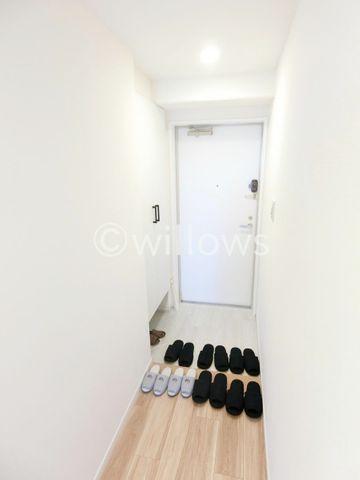 スッキリとコンパクトな玄関です。無駄がありません。木のぬくもりとフロアタイルの艶がお部屋のきれいさを演出してくれます。