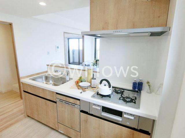 新規交換システムキッチンはホワイト×ウッドを基調としたシンプルで温かみのあるデザインを採用しております。お掃除もしやすい仕様。