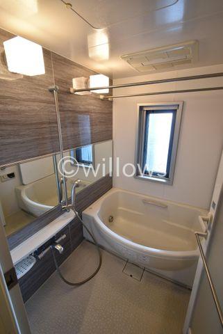 ホテルへ宿泊しに来たような充実設備が整っている浴室。心身ともに癒されつつ、プライベートなひとときを送ることができるでしょう。マンションには珍しく窓が付いている点もポイントです。