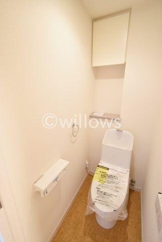 収納スペース、タオル掛け、シンプルなトイレこそ使いやすいスタイルです。トイレは2ヶ所ございますので、お客様用と使い分けても良いですね。
