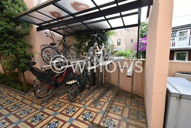 駐輪場2台付、なんと無償です。マンションのセキュリティと戸建の利便性を兼ね備えたタウンハウス型。