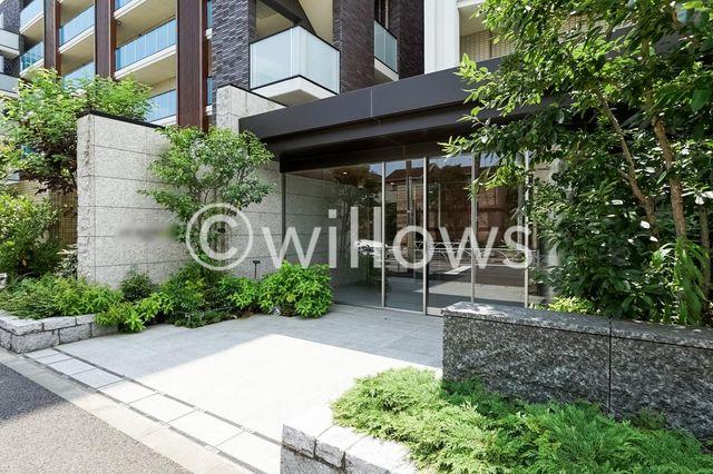 平成28年築の新しいマンションです。共用部はスタイリッシュな雰囲気になっております。帰宅が楽しみになりそうです。