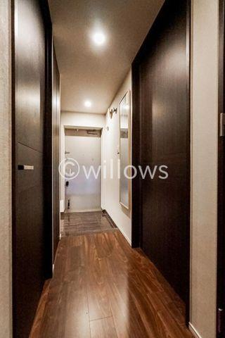 上質感漂う玄関と廊下。居住者の帰り、訪れる方を優しく迎える・安らぎに満ちた生活空間。大きなシューズBOXで玄関はいつでもすっきりご利用頂けます。