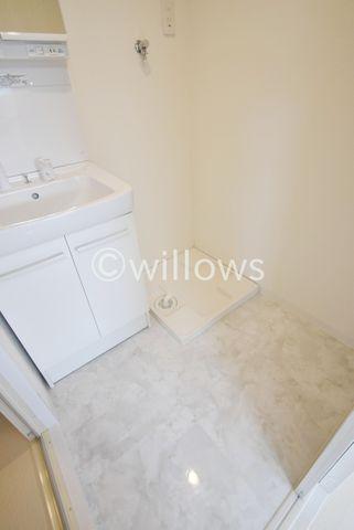 大理石を想像させるデザインの洗面台。汚れてもふき取りやすいフロアになっております。