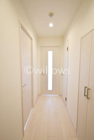 廊下部分は白を基調とした清潔感のある色合いになっております。長くお住まい頂ける、シンプルかつおしゃれな内装です。