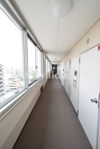 内廊下設計になっており、雨の日や気温が低い日も快適に移動が可能です。
