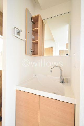 身だしなみを整えやすい事はもちろんですが、鏡の背後に収納スペースを設ける事により、散らかりがちな洗面スペースをスッキリさせる事が出来るのも嬉しいですね。