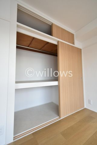 各部屋を最大限に広く使って頂ける様、全居室に収納付。スーツやコートにジャケット、季節物の家電と多様に収納できます。プライベートルームはゆったり快適に。