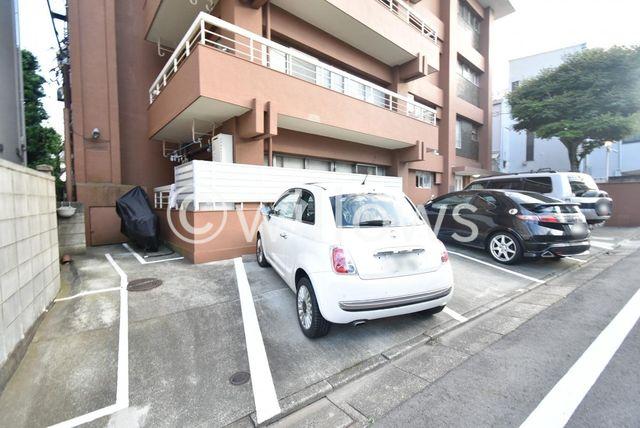 断然便利な敷地内駐車場。平置の駐車場を完備。高さ制限がありませんので高さのある大型車も駐車可能です。お問い合わせ時にお車の車種をご教示下さい。空き状況をすぐにお調べいたします。