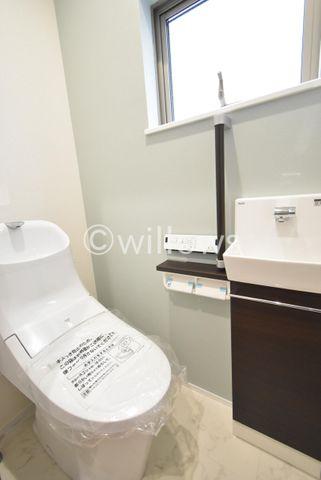 手洗い付きトイレは2カ所設置ございます。スッキリとシンプルな設計のトイレは掃除のし易さはもちろん、清潔感もございます。
