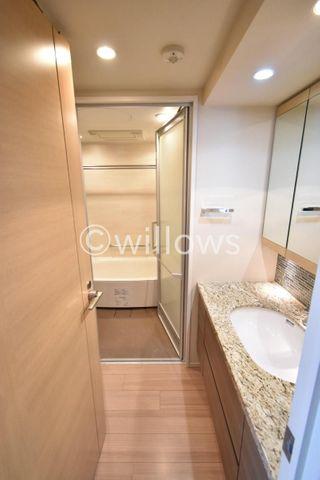 脱衣スペースを十分に確保された洗面所、家事動線を考えられております。