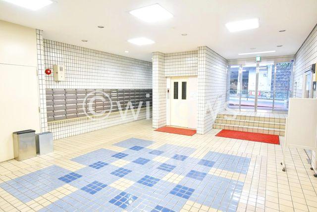 宅配ボックス付きの管理体制の行き届いたマンションでございます。本住戸は2階部分なので、エレベーターを使わず、階段でのアクセスも可能です。