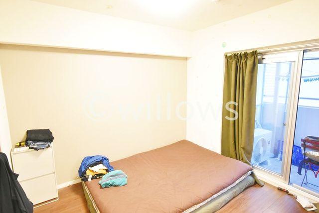 南向きのお部屋で、1.5帖のウォークインクローゼットがついております。子供部屋や寝室、書斎としても様々な用途でお使い頂けますね。