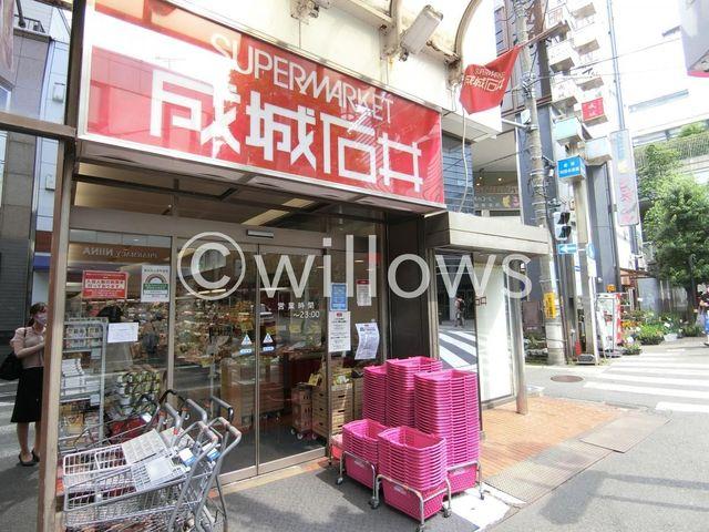 成城石井成城店 徒歩9分。 710m