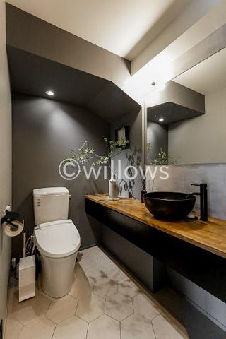 【トイレ】新規交換済みのトイレ、清潔感があります。