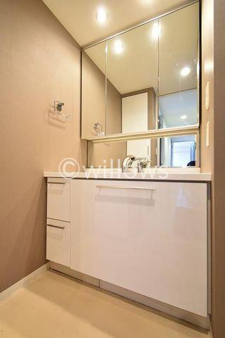 三面鏡ならではの収納力、スッキリした造りとなっている洗面所。日々の生活を陰ながら支えてくれる仕様となっております。