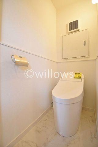 トイレは白を基調とし、清潔感のある空間に。お気に入りの絵画を飾ったり、小さなお部屋でも工夫次第で素敵な空間になります。