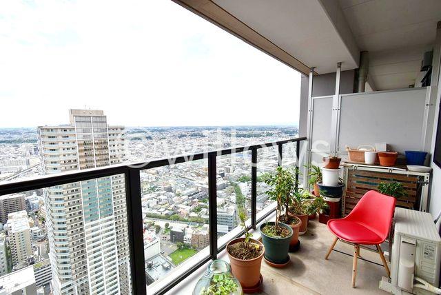 贅沢に14.31m2を使ったバルコニーです。向きや眺望も計算された住戸ですので、まるでシアターのように昼夜様々な景色を見せてくれます。テーブルや椅子を置いて、日光浴をしてみてはいかがでしょうか。