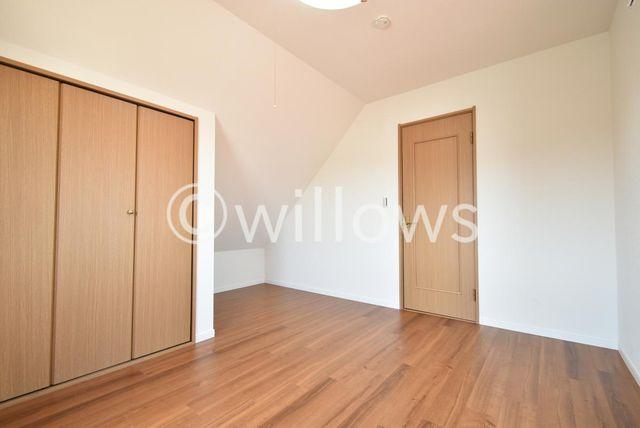 独立性を高めたお部屋はたっぷりの収納を配備し、スッキリとした居住空間に。約6帖の開放的な間取りが魅力的です。机やベットなどの家具を自由にレイアウトできます。