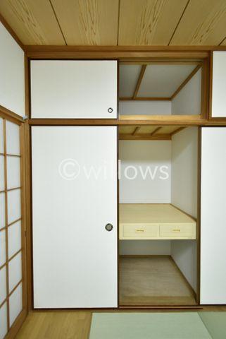 お部屋にひとつあるとうれしい収納スペース。掃除機等かさばるものを収納するのにとても便利です。