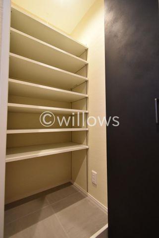 靴だけでなく、傘やベビーカーなどの外用品が溢れがちな玄関、、シューズクロークを設けることで収納場所を確保し、スッキリとしたキレイで快適な玄関を実現できます。