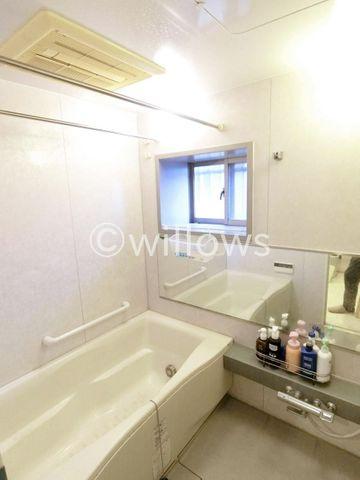 1418サイズのバスルーム。角部屋ならではの窓が付いているため、換気もバッチリ。