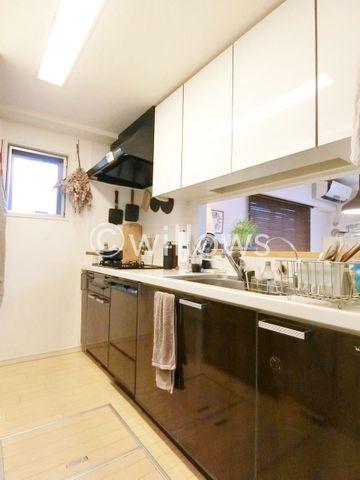 キッチンは人気のタカラスタンダード社製を採用。食洗機完備です。料理中でもお子様の様子がいつでも確認できるので、楽々&安心です。