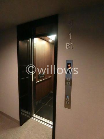 まるでプライベートな専用エレベーター。低層階限定のエレベーターなので、混み合うこともないですし、緊急事態にもすぐに避難できます!