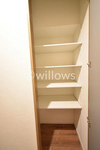 玄関横の収納です。可動式の棚で収納したい物に合わせて調節可能。本棚としても利用できます。