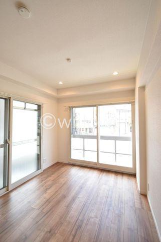 4.9畳の居室です。2面採光でお部屋に開放感を感じさせてくれます。