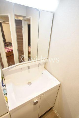 スリムサイズの洗面所で、上下はもちろんサイド部分にも収納がございますので、常に清潔に洗面所が保たれますね。
