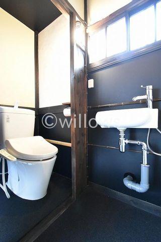 トイレは白を基調とし、清潔感のあるレトロな空間に。お気に入りの小物を飾ったり、小さなお部屋でも工夫次第で素敵な空間になります。自分色のアレンジがオススメです。