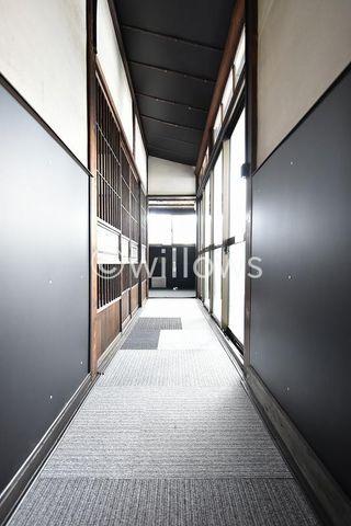 廊下部分はやわらかい光が差し込む優しい空間になっております。明るさをしっかり確保した生活が可能です。