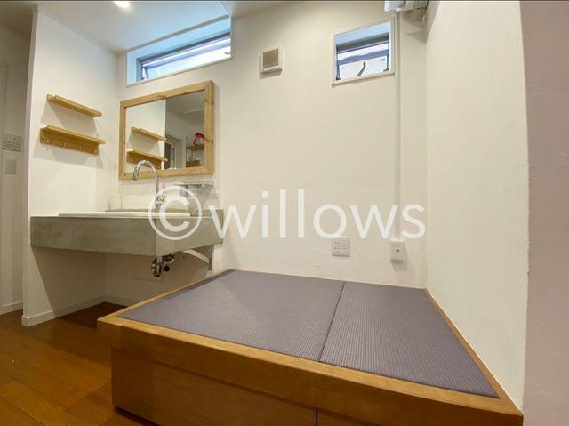 畳が丘。乾いた洗濯物をその場でたたむことのできるスペース。コンセントもありアイロンも利用可能。下部には収納も完備しております。