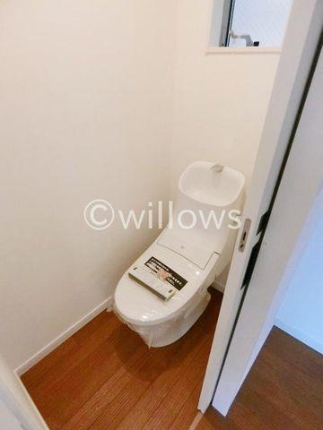 トイレは白を基調とし、清潔感のある空間に。より快適にご利用いただくために、ウォシュレットタイプを採用。お気に入りの絵画を飾ったり、工夫次第で素敵な空間になります。(2019年1月/新築時撮影)