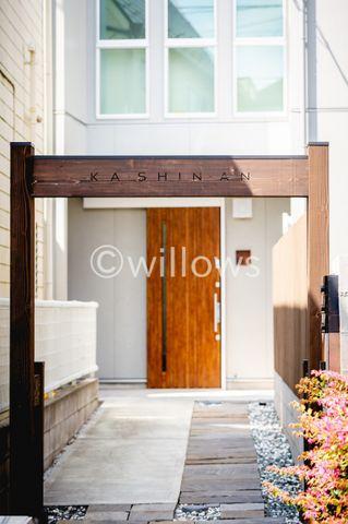 印象的な門構えがお迎えする和テイストなアプローチ。