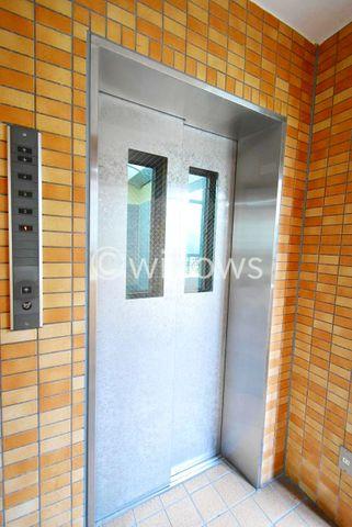4階建ですがもちろんエレベーターが付いております。定期的な点検もしっかりと行われております。