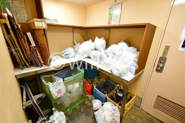 マンション内にゴミ置き場がございます。24時間ゴミ捨て可能なのは非常に便利です。
