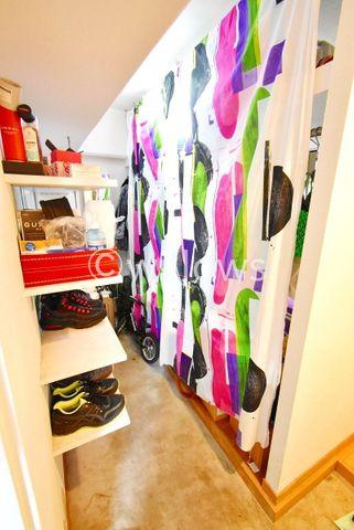 玄関横には土間スペースを確保。趣味の物を収納するのも良し。ライフスタイルにより様変わりします。