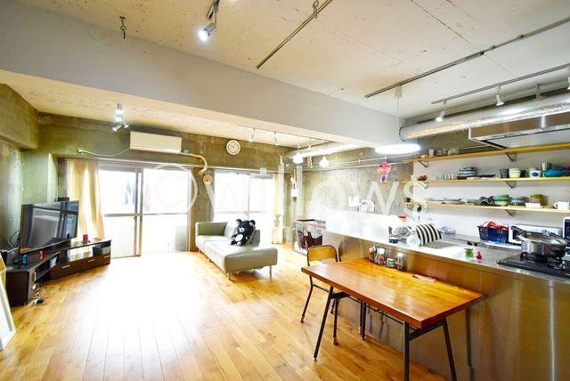 売主様こだわりのフルリフォームが施された室内になっております。都心に住まいながらも落ち着いた雰囲気の中で日々の生活をお楽しみください。