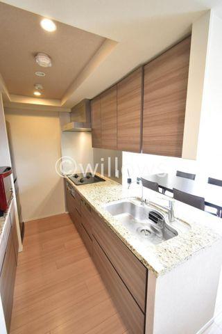 リビング全体を見渡せる対面式、オープン型のシステムキッチン。キッチンと配色を合わせたカップボード、大型冷蔵庫も収納可能なスペース。食洗機やディスポーザー等の便利な設備も完備しております。