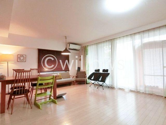 1階角部屋、23帖超の大型LDK、天井高2.4mのためとにかく開放感がありとても贅沢で豊かな空間となっております。陽当たり・風通しも大変良好。とても気持ちの良いお部屋です。床暖房も完備しております!