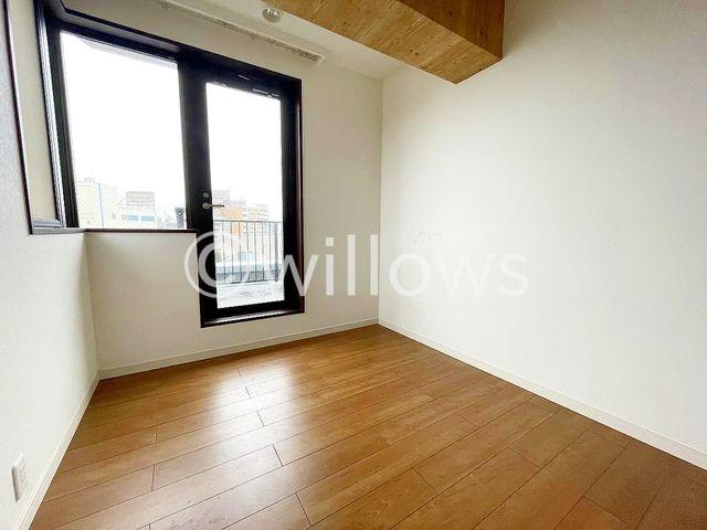プライベートなお部屋は暮らす方の感性で造り上げたいもの。誰もが好みで飾れるシンプルな室内に仕上げてあります。収納スペースもございます。